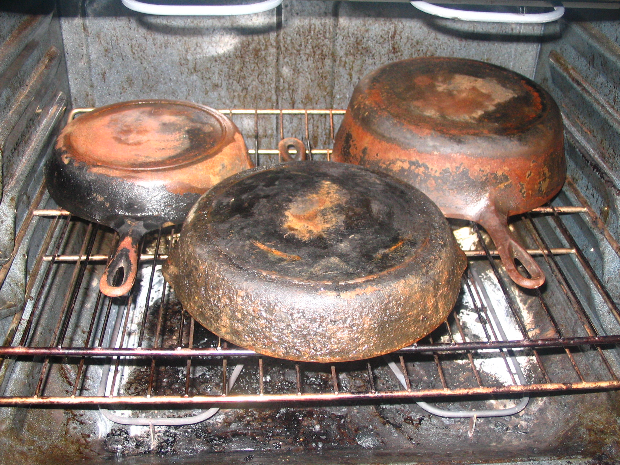 How to clean a rusty cast iron skillet - Clean burnt grease oven pots pans ...